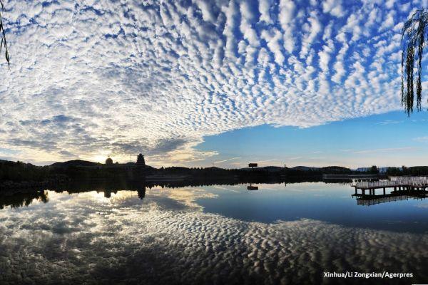Nori Altocumulus se reflecta intr-un lac, din provincia Shandong, China. Foto: Xinhua/Li Zongxian/Agerpres