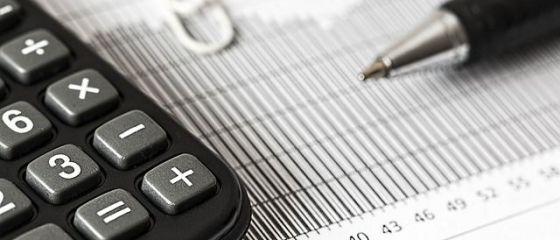 Fitch Ratings confirmă ratingul României la  BBB minus , cu perspectivă stabilă, dar avertizează asupra deficitelor fiscale ridicate şi a supraîncălzirii economiei