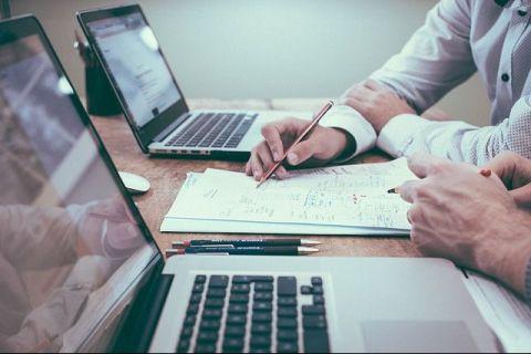 Tot mai mulți angajatori experimenteză scurtarea timpului de lucru. Rezultatele sunt surprinzătoare