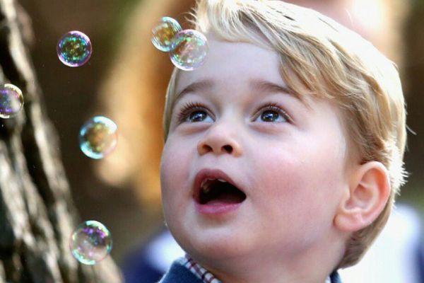 Printul George, mostenitorul Coroanei Britanice, se joaca cu baloane de sapun, la petrecerea organizata pentru el si sora sa, cu ocazia vizitei regale din Canada. Foto: Press Association/The Royal Family/Facebook