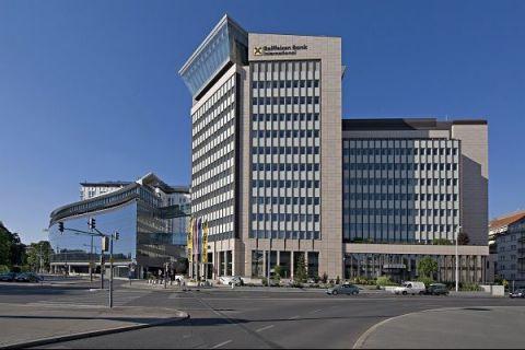Raiffeisen Bank își va reevalua operaţiunile din România, din cauza taxei pe bănci:  Impactul noii taxe încă nu poate fi determinat