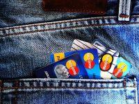 Doi din trei tineri pana in 25 de ani au un cont la o banca, iar cei mai multi isi cheltuiesc veniturile pe haine. Trei sferturi primesc banii de la familie