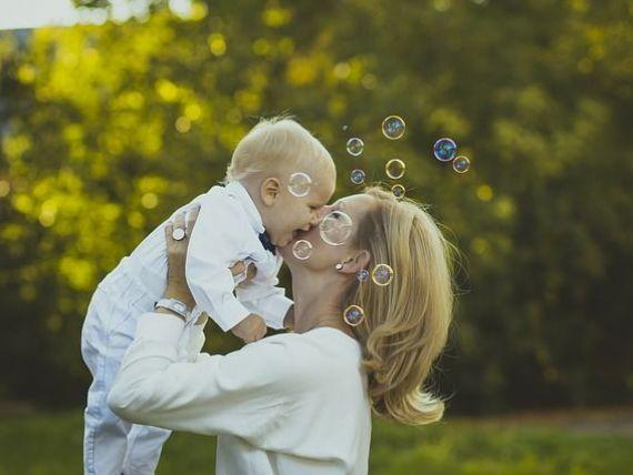 Guvernul a aprobat plafonarea indemnizaţiei pentru creşterea copilului la 8.500 lei/lună. Măsura se aplică din septembrie