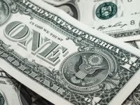 Euro coboara sub 4,55 lei, iar moneda americana ajunge aproape de 4 lei. Scandalurile din jurul lui Donald Trump au ingenungheat dolarul