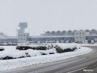Toate aeronavele Wizz Air au ramas la sol, din cauza caderilor masive de zapada. Tarom si Ryanair au anulat unele zboruri. Plecarile au intarzieri de peste o ora