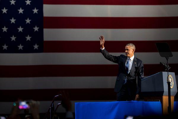 Barack Obama isi ia la revedere de la audienta, dupa ultimul discurs sustinut in calitate de presedinte al SUA, la Chicago. Foto: Xinhua/Shen Ting/Agerpres