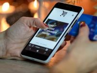 Cum devine smartphone-ul instrument financiar. BCR: In 2020 am putea sa deschidem telefonul si sa ne facem cont sau credit