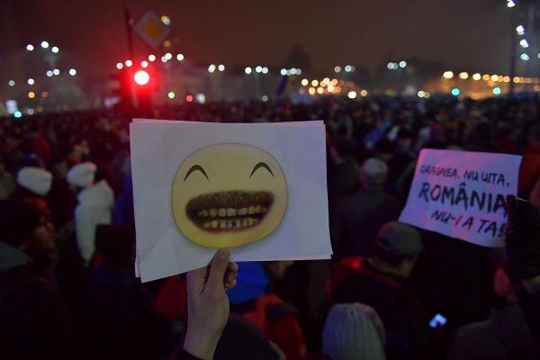 Cateva zeci de mii de oameni au iesit in strada, duminica seara, in Bucuresti si in marile orase din tara, nemultumiti de intentia Guvernului de modifica legislatia penala si de a gratia peste 2.000 de detinuti. Foto: Cristian Nistor/Agerpres