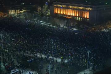 A treia zi de proteste in Bucuresti: 80.000 de oameni au scandat in fata Guvernului. Jandarmii au primit flori si ceai