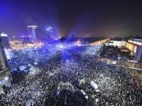 Clipe memorabile la protestul istoric de duminica. 280.000 de oameni au cantat imnul si au luminat Piata Victoriei