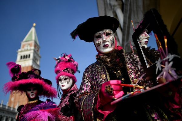 Participantii la Carnavalul de la Venetia defileaza in Piata San Marco. Foto: ALBERTO PIZZOLI/AFP/Getty Images/Guliver
