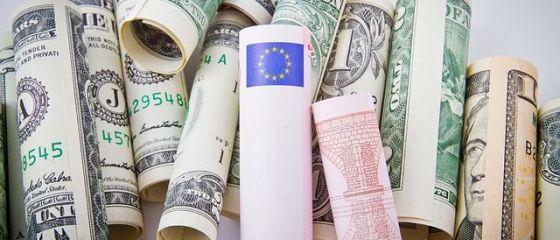 Euro revine peste 4,52 lei, iar dolarul depaseste 4,30 lei, la cursul BNR. Moneda europeana ajunge aproape de paritatea cu cea americana, pe pietele internationale