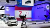 Standul Dacia de la Paris a devenit atracția jurnaliștilor. Prin ce este diferit și câte modele prezintă marca românească la salonul auto