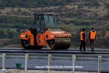 Autostrada urbană, care stă în beznă de două luni, are noi probleme: o parte se scufundă