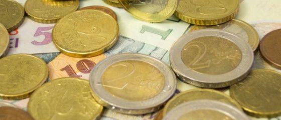 Euro urca din nou peste pragul de 4,55 lei, in timp ce dolarul se depreciaza