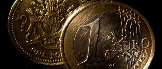 Euro si dolarul se apreciaza usor la BNR. Moneda europeana urca din nou peste 4,55 lei