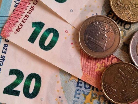 Euro coboara aproape de 4,52 lei si atinge un nou nivel minim al ultimei luni