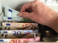 Euro ajunge aproape de 4,55 lei