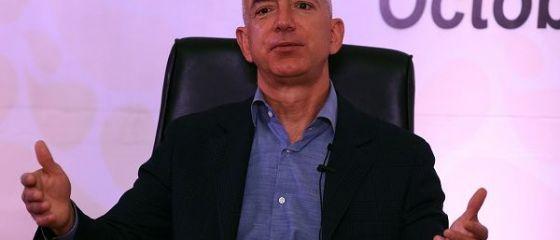 Jeff Bezos, la 5 mld. dolari distanta de a deveni cel mai bogat om al Planetei. Fondatorul Amazon vinde din actiuni pentru a trimite turisti in spatiu