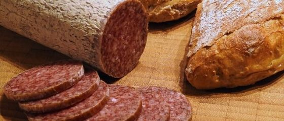 Standard pentru Est , episodul 6: Ce este lipiciul de carne si cum ne dam seama daca salamul este facut din ingrediente proaspete sau congelate. Secrete din industria carnii