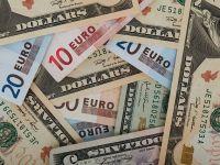 Euro se mentine peste 4,56 lei, dolarul scade foarte aproape de 4 lei
