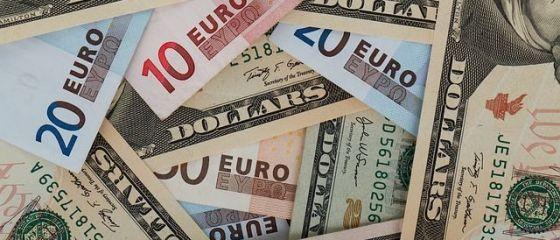 Euro coboara spre 4,56 lei, dolarul ajunge aproape de 3,98 lei