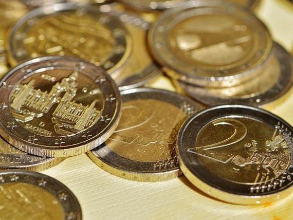 Euro urca spre nivelul de 4,57 lei, dolarul scade sub 3,9 lei