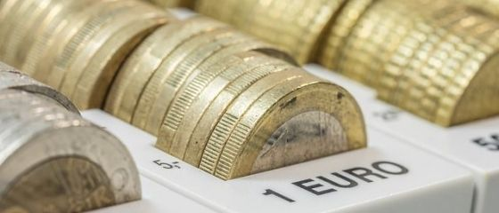 Euro revine la 4,56 lei, dolarul coboara la un nou nivel minim al ultimelor 15 luni
