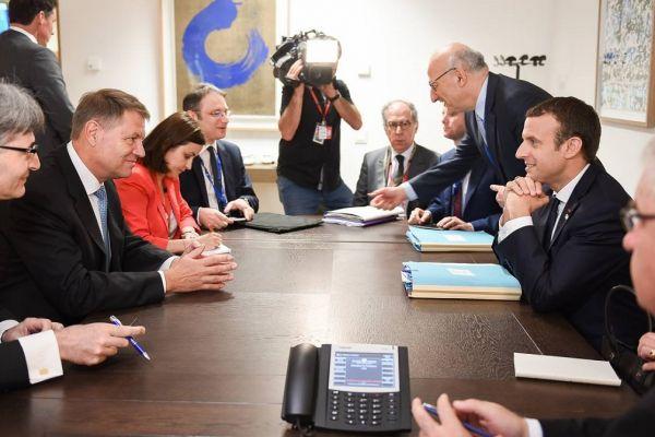 Presedintele Klaus Iohannis a avut o intalnire cu Emmanuel Macron, acesta acceptand invitatia de a vizita Romania, in perioada urmatoare. Foto: Facebook/Klaus Iohannis
