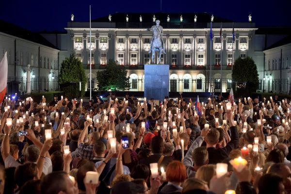 Mii de polonezi au iesit in strada la Varsovia, nemultumiti de initiativa autoritatilor de a subordona Guvernului sistemul judiciar. UE vrea sa interzica dreptul de vot la Poloniei in CE, o premiera pentru Bruxelles. Foto: AFP/Getty Images/Guliver