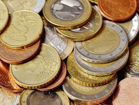 Euro scade aproape de 4,65 lei