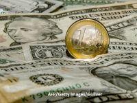 Leul s-a depreciat ușor în fața euro, dar pierde masiv în raport cu dolarul. Aurul, monedă de refugiu în perioade de instabilitate, se scumpește semnificativ