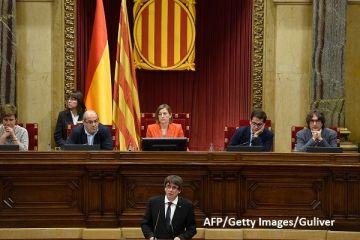 Criza de la Barcelona, dezamorsată momentan. Președintele catalan suspendă declararea independenței și cere negocieri cu Madridul