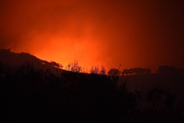 Peisaj apocaliptic cu incendiile devastatoare din California, în urma cărora peste 30 de persoane și-au pierdut viața și orașe întregi au fost mistuite de flăcari. ROBYN BECK/AFP/Getty Images/Guliver