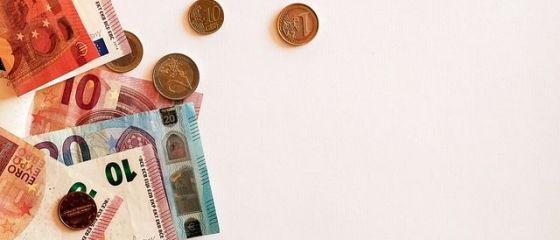 Euro scade ușor față de recordul înregistrat joi. Cursul anunțat de BNR