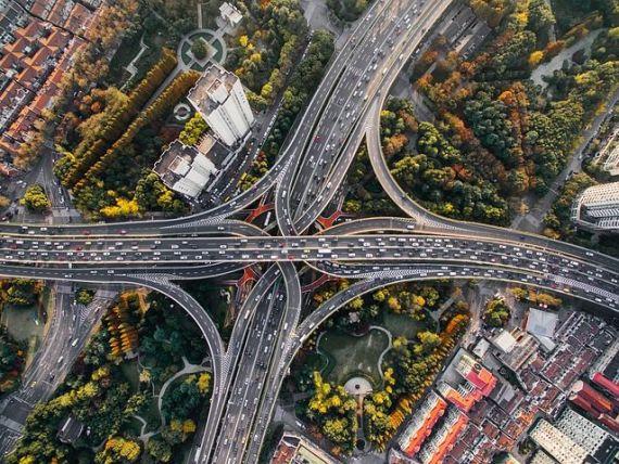 În lupta cu poluarea și încălzirea globală, unele orașe interzic circulația mașinilor. Cum sunt încurajați rezidenții să meargă pe jos sau cu bicicleta