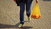Pungile din plastic vor fi interzise în România, din vară. Comisia Europeană a adoptat prima strategie la nivel european privind materialele plastice