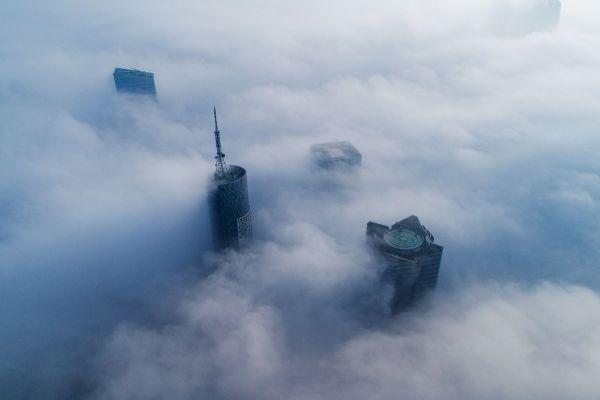 Zgârie-norii străpung plafonul de ceață, în Hefei, oraș din estul Chinei. China OUT/AFP/Getty Images/Guliver