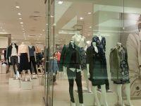 Ce se ascunde în spatele reducerilor de 50% la haine. Diferența dintre România și Occident