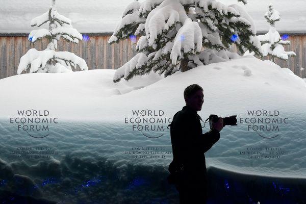 Stațiunea elvețiană Davos, unde se desfășoară Forumul Economic anual, la care vin cele mai importante personalități ale lumii, a fost acoperită de zăpadă în urma ninsorilor abundente din ultimele zile.FABRICE COFFRINI/AFP/Getty Images/Guliver