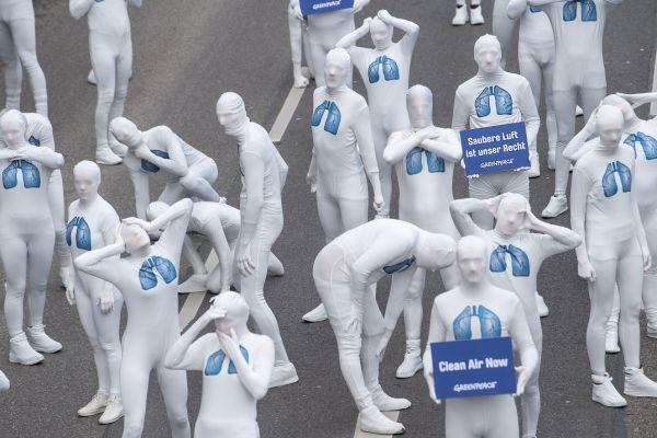 Activiști Greenpeace îmbrăcați în costume albe cu plămâni desenați pe piept protestează la Stuttgart, Germania, față de plouarea generată de mașinile diesel. Foto: SEBASTIAN GOLLNOW/AFP/Getty Images/Guliver