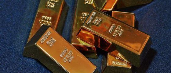 Investitorii își fac depozite în aur. Prețul metalului prețios a explodat, după căderea burselor