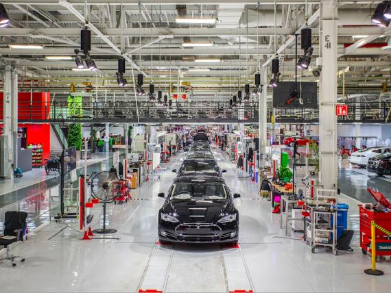 Problemele întâmpinate de Tesla în producţia automobilului de serie Model 3 sunt provocate de roboţi