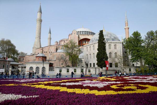 Covorul de lalele din fața Hagiei Sophia din Istanbul este cel mai mare din lume și a fost creat din 545.000 de flori. În această primăvară are loc a 13-a ediție a Festivalului Lalelelor. Foto: EPA/ERDEM SAHIN/AGERPRES