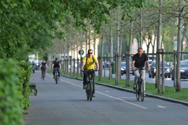 """Președintele Klaus Iohannis a ieșit la o plimbare cu bicicleta, luni seara. """"Am constatat că primăvara Bucureştiul este frumos, dar traficul este infernal, indiferent de anotimp şi de vreme"""". Foto: Inquam Photos/Octav Ganea"""