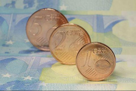Bloomberg: România, ultima dintre țările sărace ale UE care și-a anunțat intenția de a adopta euro.  Rămânerea în afara zonei euro te transformă în outsider