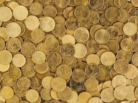 Euro scade sub 4,63 lei, la cel mai mic nivel din ultimele două luni