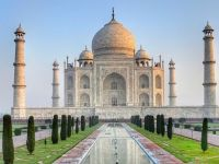 Taj Mahal, una dintre cele şapte minuni ale lumii antice, se colorează în galben și verde, din cauza poluării