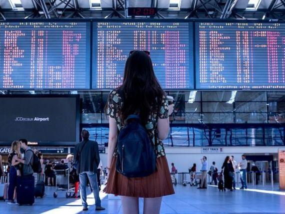 Mai puțin de 2% dintre pasagerii ale căror zboruri întârzie cer compensațiile pevăzute de lege. Câți bani poți să primești dacă îți întârzie avionul