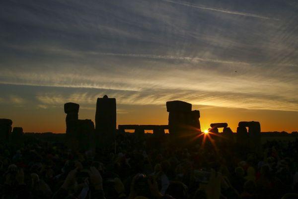 Soarele răsare la Stonehenge, in ziua solstițiului de vară. În fiecare an, oamenii se adună la monumentul din estul Angliei, pentru a vedea răsăritul soarelui în cea mai lungă zi din an. GEOFF CADDICK/AFP/Getty Images/Guliver